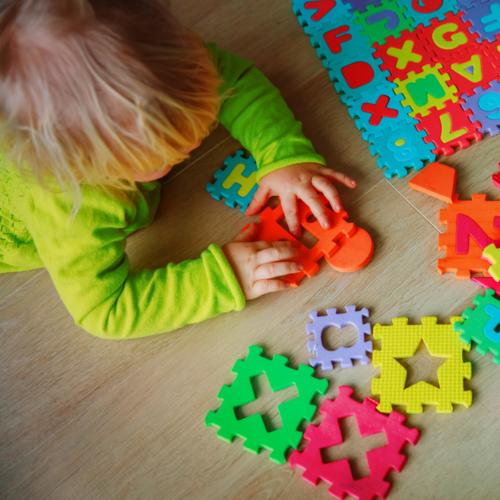 Au plus jeune âge, les pays où les enfants réussissent le mieux en mathématiques sans développer d'anxiété face à la discipline placent la manipulation et l'expérience au centre de la pédagogie.