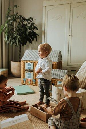 Spelen met een droomhuisje in de kinderkamer