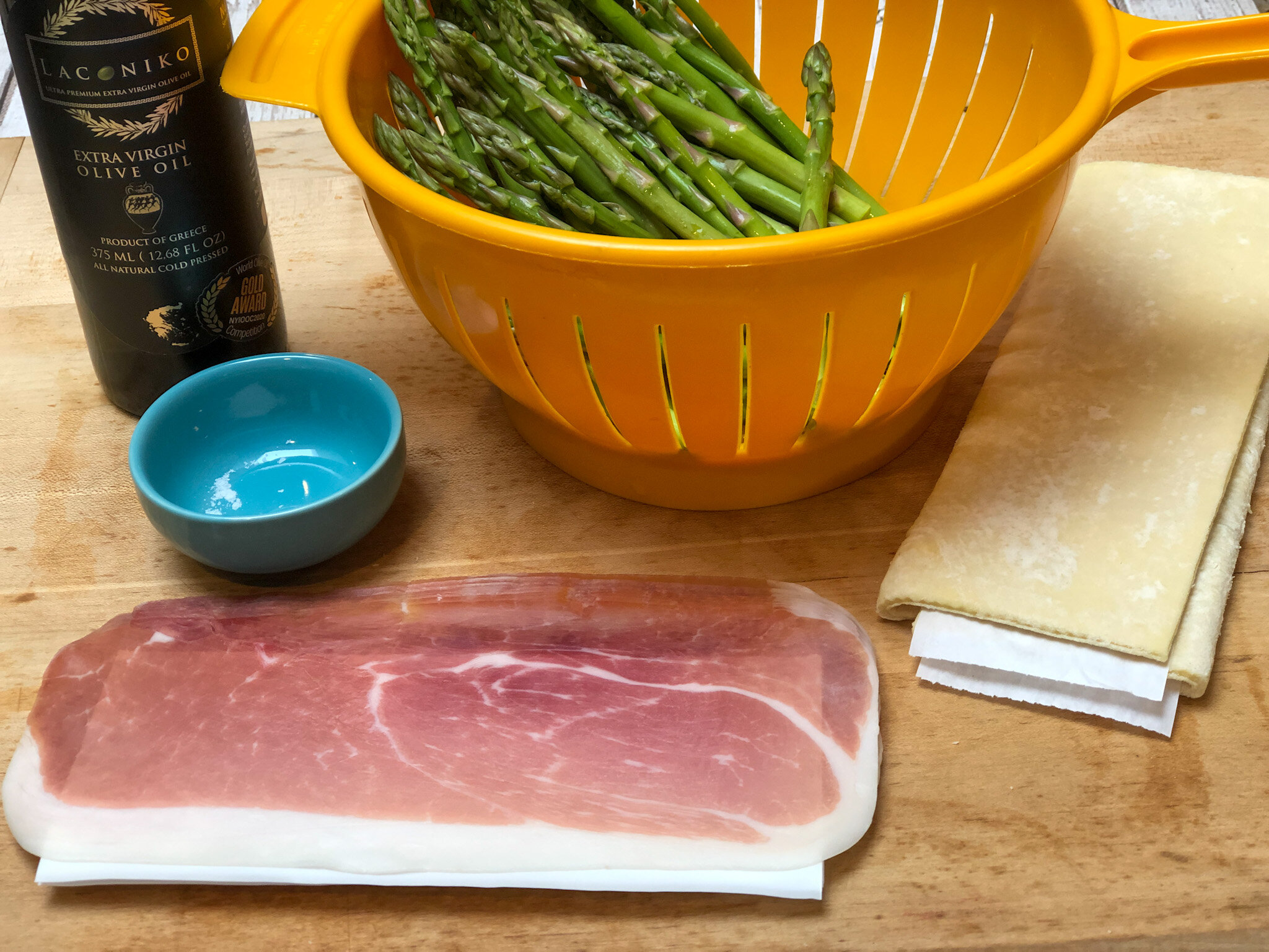 Ingredients for super easy appetizer prosciutto asparagus.