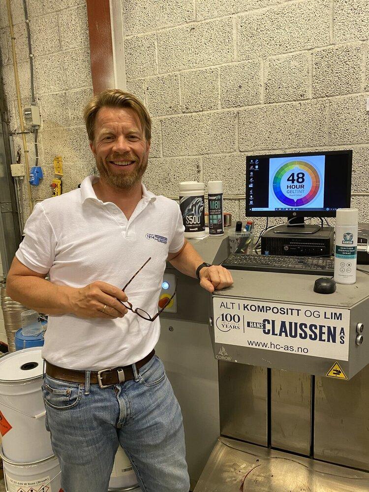 Jonas Claussen foran Geltint-maskinen.