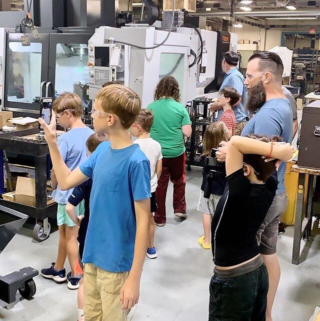 今天早上带@stemcellrobotics团队参观了这家店,玩得很开心。很高兴看到年轻一代如此热情#cnc#美国制造#cnc加工#阀杆#钢结构教育#机台#制造