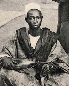 在西非,格里奥会讲述故事和歌曲。这个格里奥来自塞内加尔。图片由一个沃洛夫xalamkat提供-塞内加尔达喀尔,公共领域,通过维基共享。