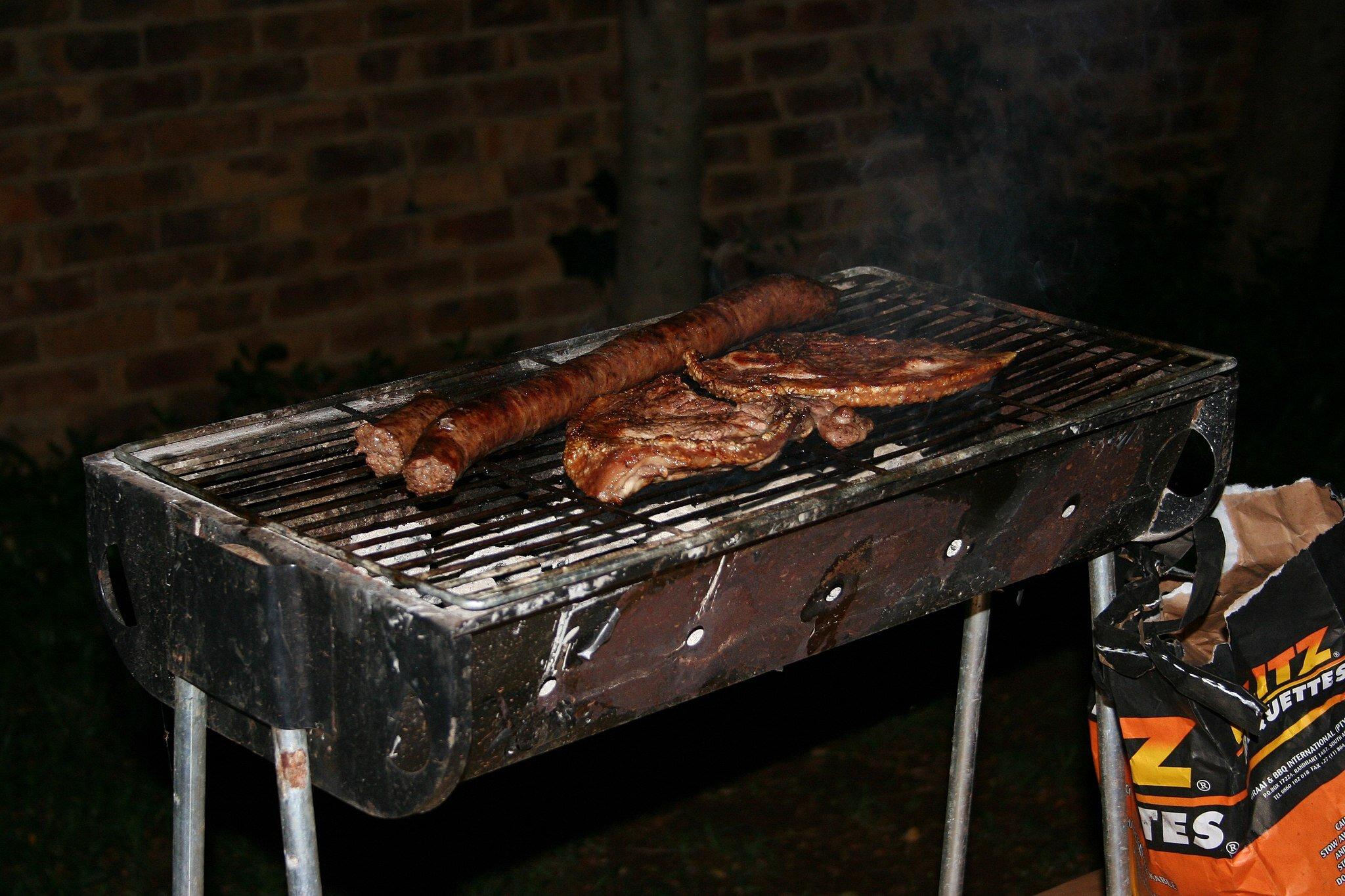 Braai是一个南非荷兰语单词,chesa nyama是它的isiZulu等价词,它不仅描述了烧煤、直接加热烹饪方法、实现这种烹饪方法的设备以及提供这种烹饪方法的非正式餐厅,还描述了通常发生的广受欢迎的社交活动。Bothar通过Wikimedia Commons在公共领域的英文维基百科上拍摄的照片。