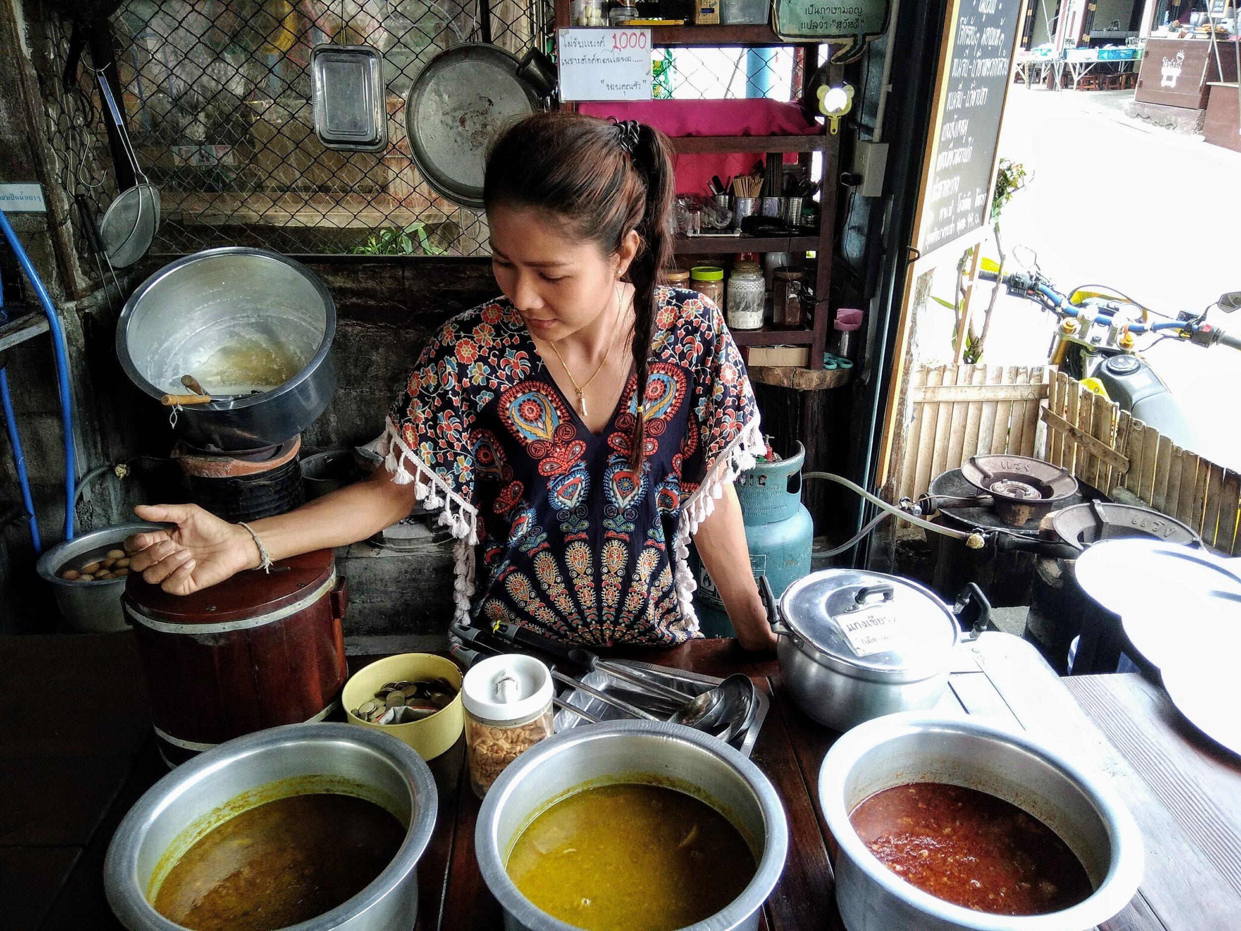 万朋在普通市场上卖咖喱。