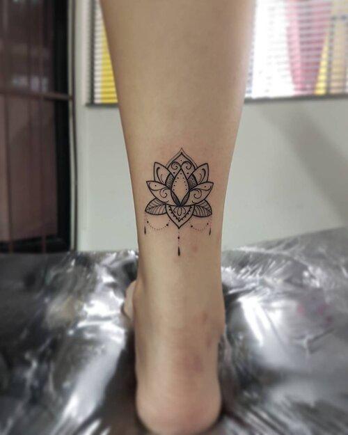 tatuaje flor de loto tribal