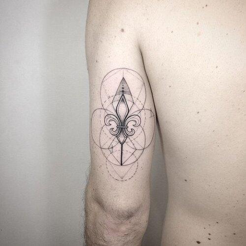 tatuajes flor de lis para mujeres