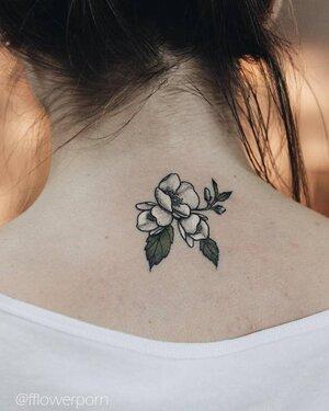 flor de jazmin tatuaje brazo