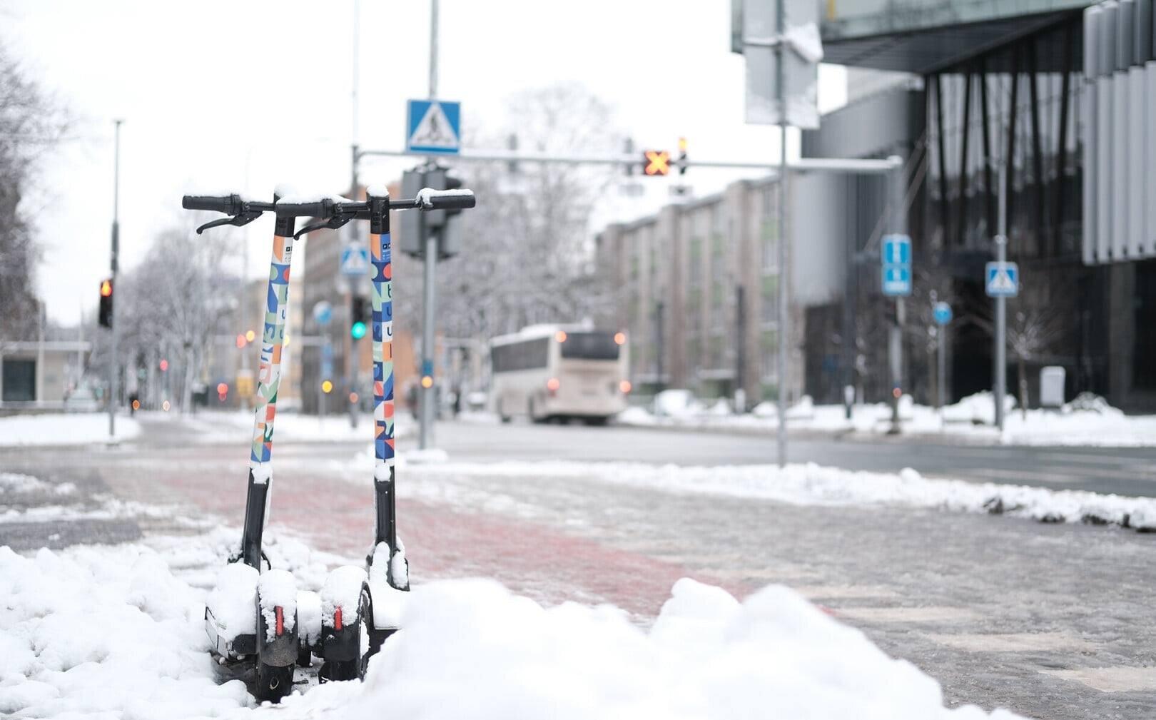 ERR: Elektritõukerattad on sel talvel lumistel tänavatel