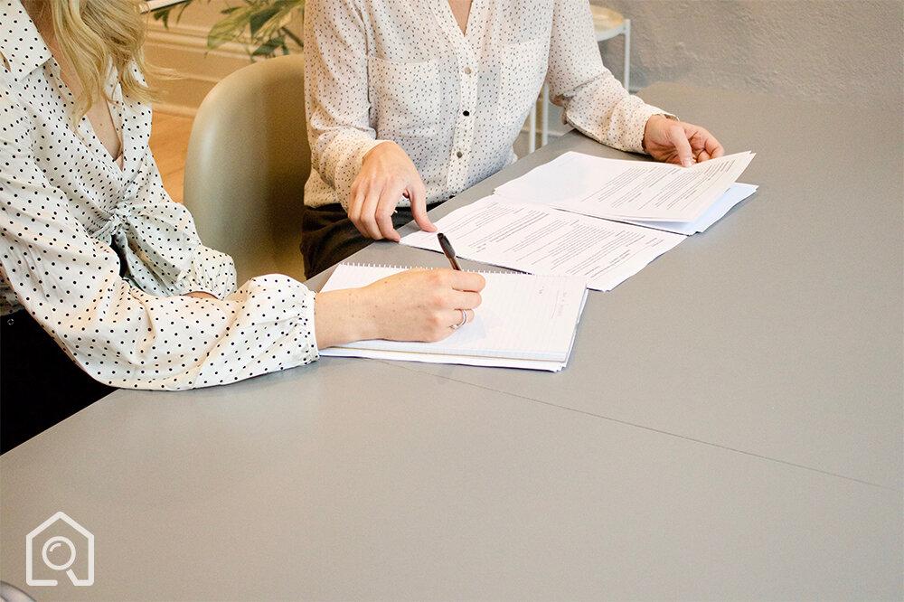 Pomoc przy negocjowaniu i podpisaniu umowy    Prawnik specjalizujący się w nieruchomościach pomoże Państwu w podpisaniu bezpiecznej umowy przedwstępnej/sprzedaży.    Zabezpieczymy Cię przed niebezpiecznymi karami umownymi, klauzulami o rękojmi oraz przerzuceniem zbędnych ryzyk prawnych ze sprzedawcy na nabywcę.    Pomożemy negocjować umowę ze sprzedawcą.