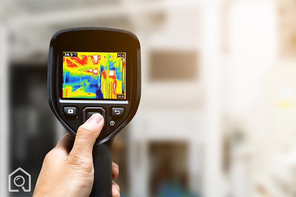 Badanie termowizyjne nieruchomości    Przeprowadzamy badanie termowizyjne, dzięki któremu jesteśmy w stanie wykryć tzw. mostki termiczne na skutek np. nieszczelnych okien.    Przy użyciu profesjonalnej kamery termowizyjnej będziemy mogli też wykryć ewentualne zacieki i zawilgocenia.    Dzięki takiemu badaniu będziemy w stanie wykryć rzeczy niewidzialne gołym okiem, które mogą wiąząć się z dużymi kosztami użytkowania lub remontowymi.