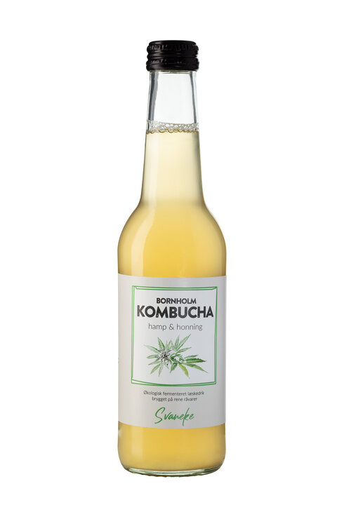 Hamp & Honning Svaneke Bornholm Kombucha Hamp & Honning er i en klasse for sig. Den er frisk og syrlig i smagen med toner af grapefrugt og fuld af umami. Får den lov til at modne en måneds tid, vil der dannes de skønneste mousserende bobler. Den fungerer perfekt som et sundt og alkoholfrit alternativ til vin eller øl, men står også smukt i cocktails.