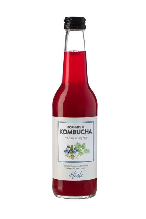 Blåbær & Mynte Hasle Bornholm Kombucha Blåbær og Mynte er rund og læskende med sin sunde smag af blåbær og med et hint af mynte. Nyd den afkølet med frisk mynte eller i en dejlig cocktail. Bornholm Kombucha Blåbær & Mynte smager himmelsk og fungerer perfekt som alternativ til andre læskedrikke med højt sukkerindhold.