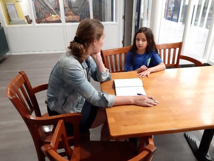 Foto: De Havenloods - Davita de Jonge van De Havenloods in gesprek met verslaggever Eva Eldeib van Zomercampus010