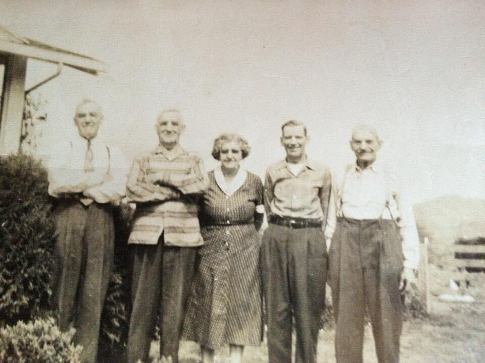 最初的五名乔希移民到俄勒冈州的蒂拉穆克。|最高的男人是我的曾祖父Alfred Josi,第二是Fred (Fritz) Josi,他的女儿嫁给了一个Fenk,中间是Frieda,她嫁给了Louis Aufdermauer。我不太清楚…