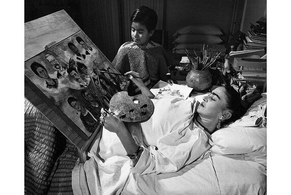 Frida Kahlo vẽ tranh trong lúc nằm viện
