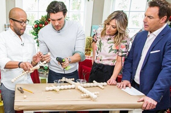 "Mark Steines和Debbie Matenopoulos欢迎来自Hallmark Channel Original电影的演员Peter Porte,""爱,一次和始终""。乡下歌手克雷格摩根,他的妻子凯伦和他的女儿ally从电视上的""摩根家庭强烈""都在这里。食品网络的阳光安德森烘烤了一个美味的红色天鹅绒蛋糕。名人培训师Amy Jordan向我们展示了如何在家里做普拉提。厨师Marcel Cocit准备平底锅烤羊排用薄荷的Chimichurri在花椰菜醪。黛比制作高纤维蓝莓松饼,而营养师和生活方式专家亚历山德拉加泰罗尼诺讨论了他们的饮食益处。Paige Hemmis有Diy Rolling Pin Bookends。Ken Wayard创造了节日木珠雪花。Kym Douglas和劳伦斯Zarian股份美容和时尚突破。我们的家人回答查看器问题。 Credit: © 2018 Crown Media United States, LLC | Photo: Alexx Henry Studios, LLC / jeremy lee"