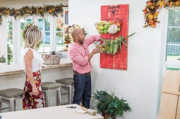 "Debbie Matenopoulos和Cameron Mathison欢迎Hallmark Star Danica McKellar与特别的假期公告。残奥会金牌主和作者维多利亚阿伦访问了我们的家。""奇迹愉快""作者,Siri Daly烘焙黑巧克力薄荷糊涂巧克力釉。2017年最佳家庭厨师赢家,Toya Boudy制作了一个蓝莓酪乳早餐蛋糕。七十七岁的健身专家和""只是移动!""作者,詹姆斯·欧文股份股票在任何年龄段的最佳生活中占地。玛丽亚provenzano创造了一个美丽的秋天披风。Kym Douglas在这里宁静地去。Ken Wayard有一个DIY Fall Bounty生产篮子。Paige Hemmis向我们展示了DIY狗皮带衣架。 Our family members discuss their fall traditions. Credit: © 2018 Crown Media United States, LLC | Photo: jeremy lee/ Alexx Henry Studios, LLC."
