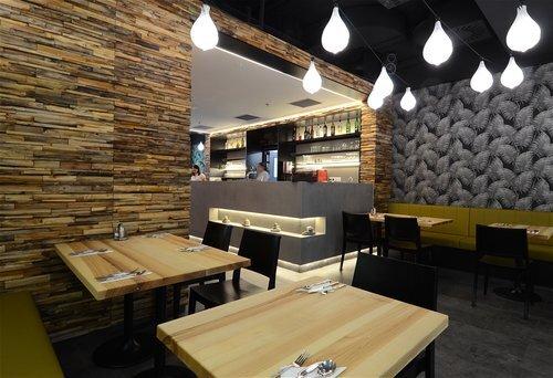 Pravou thajskou kuchyni u nás najdete v restauraci   Orange Moon. Čeká na vás všechno od tradičních salátů, polévek a kari pokrmů až po typické thajské dezerty. Orange Moon najdete na adrese Vinohradská 2828/ 151, Praha 3 (OC Atrium Flora). -