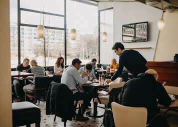 Chcete si vychutnat skvělou kávu a ještě se u toho také výborně najíst? Díky Bean House nemusíte hledat kavárnu po vydatném obědě v restauraci. Na jednom místě se zde nachází skvělá kavárna a vietnamská restaurace plná vynikajících asijských specialit. Kavárnu a restauraci Bean House můžete navštívit  na adrese Molákova 577/34,Praha 8. -