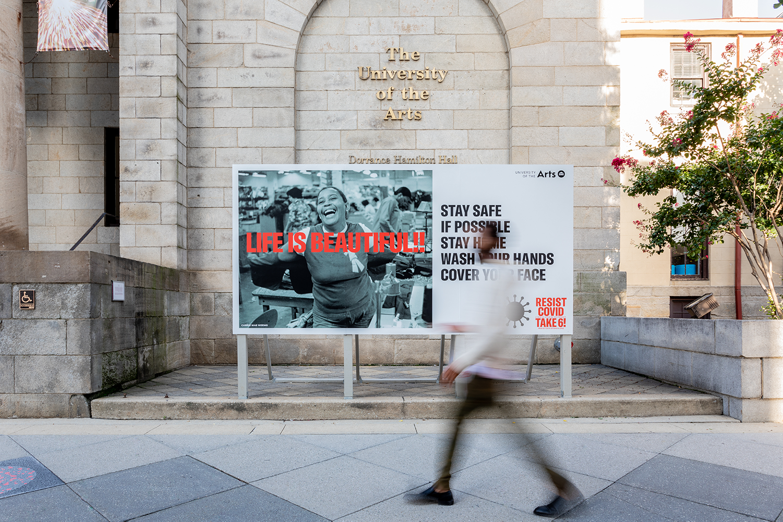 Carrie Mae Weems:'抵抗Covid需要6!' - 着名的艺术家Carrie Mae Weems的抗拒Covid需要6!现在正在艺术大学校园校园。该项目突出了冠状病毒流行如何不成比例地伤害黑人,拉丁歧视和美洲美洲美洲美洲社区。作为Philadelphia这个项目的独家主持人,UART将通过广告牌,创意信息,公共艺术项目的组合为城市带来WEEMS对城市的工作。