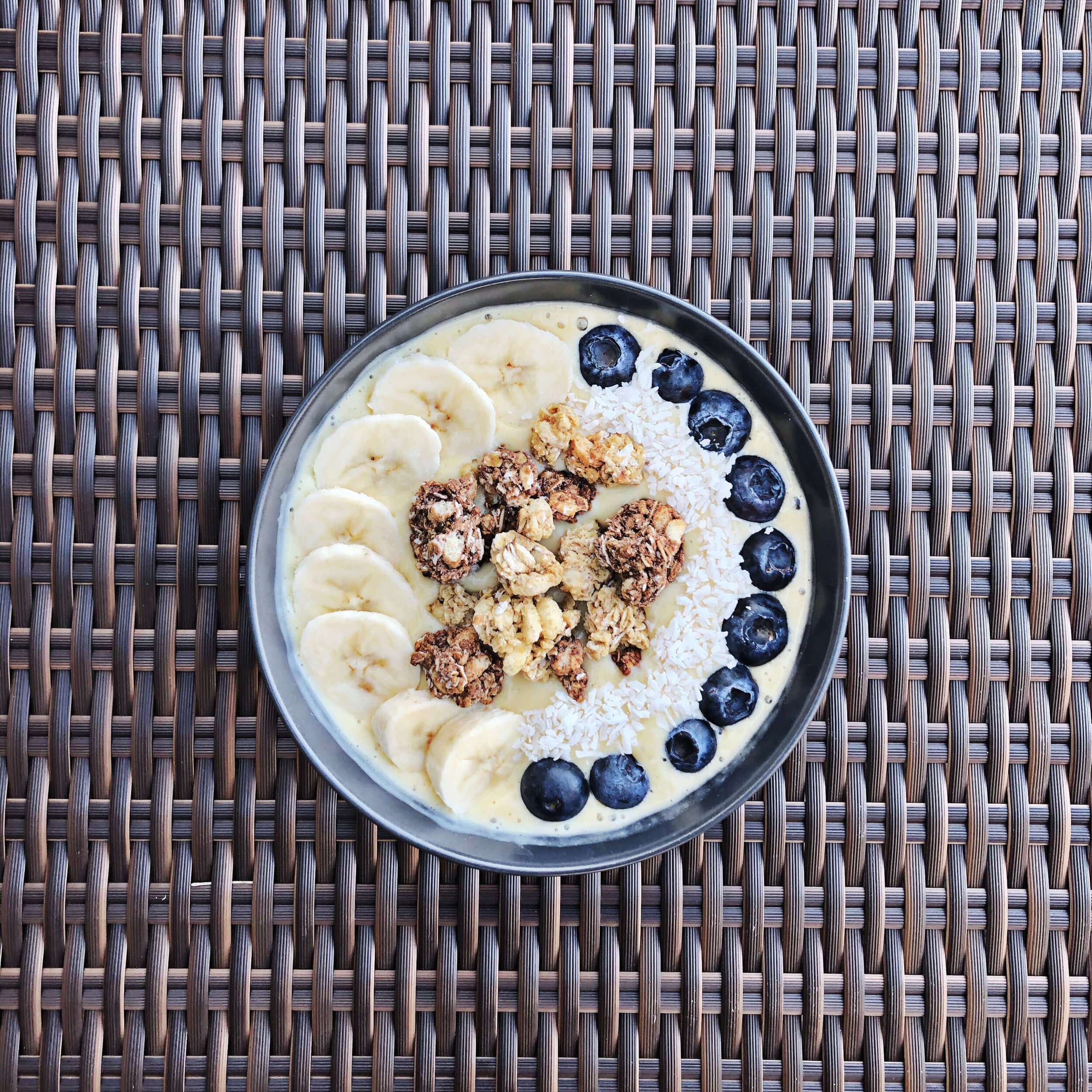 healthy low calorie mango smoothie bowl