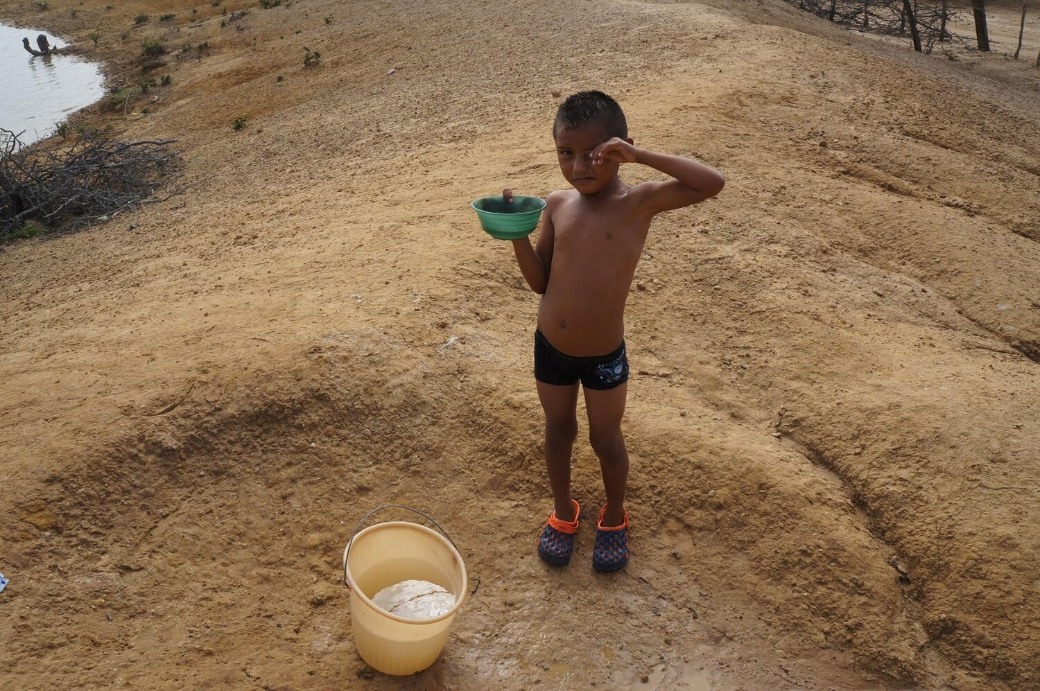 A Wayuu child who walked several kilometers to reach the water of a Jaguey. La Guajira, Colomba. Photo by V.Circe.