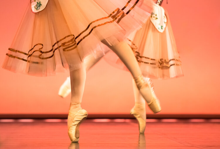 classical-ballet-dancers-feet-in-pointe-shoes-TGT73QW.jpg