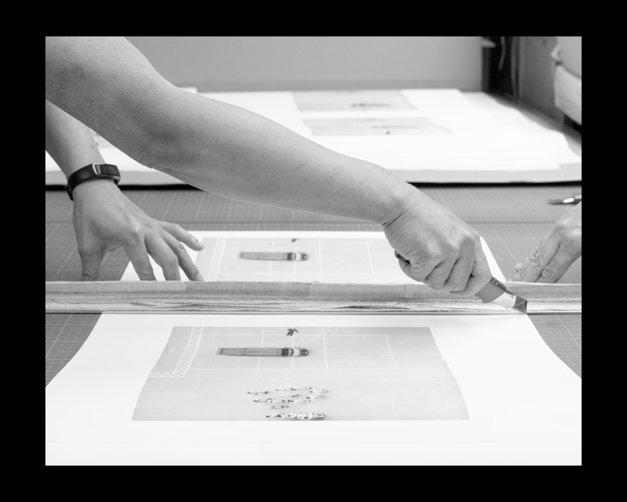 作品打印後裁成合適尺寸;陳的之作《柴灣消防局:第二天》。Cutting prints to size;  Chai Wan Fire Station Day 2  by CHAN Dick