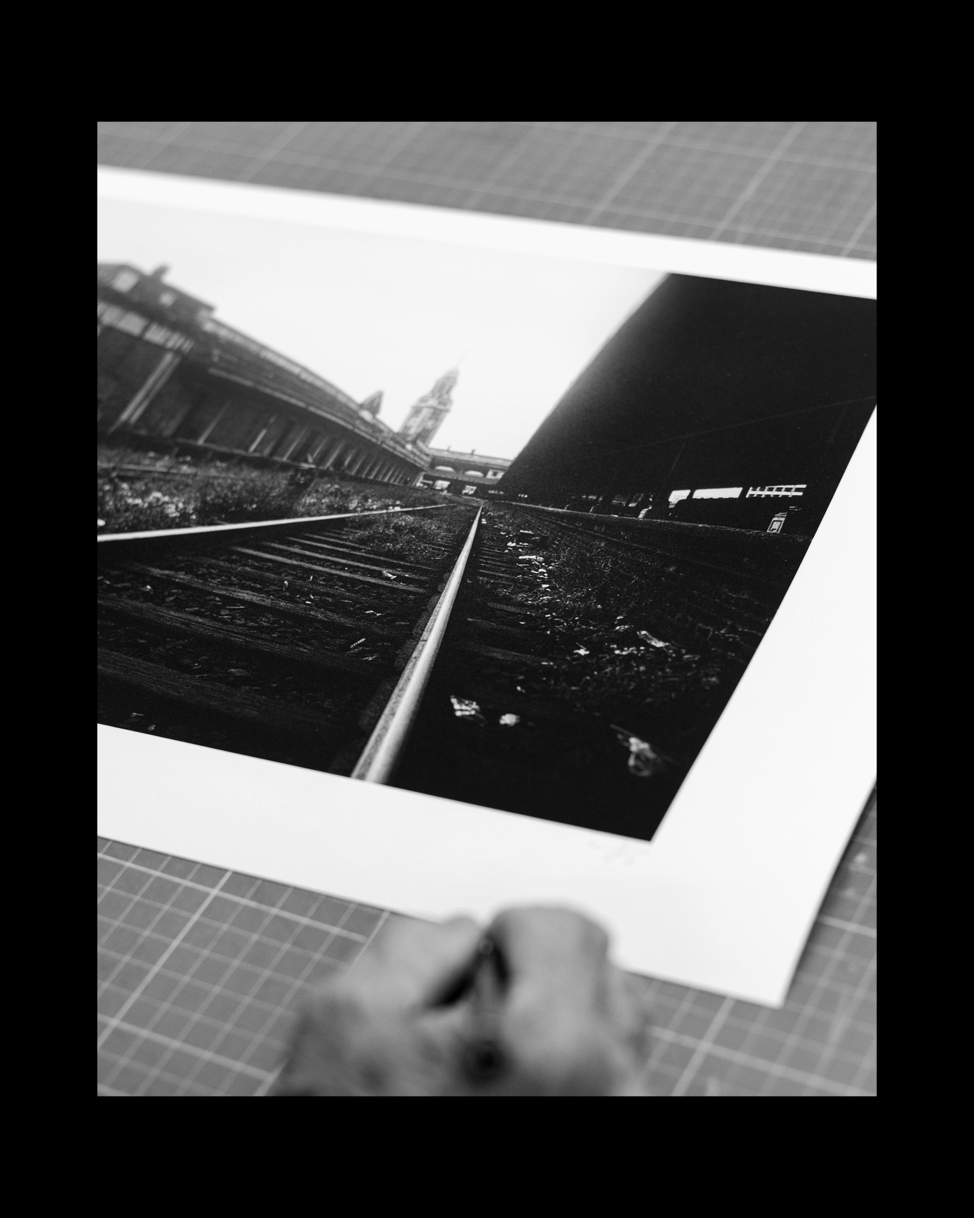 翁維銓在於其作品《總站・終結》上簽名。Peter Yung signing print,  The Termination