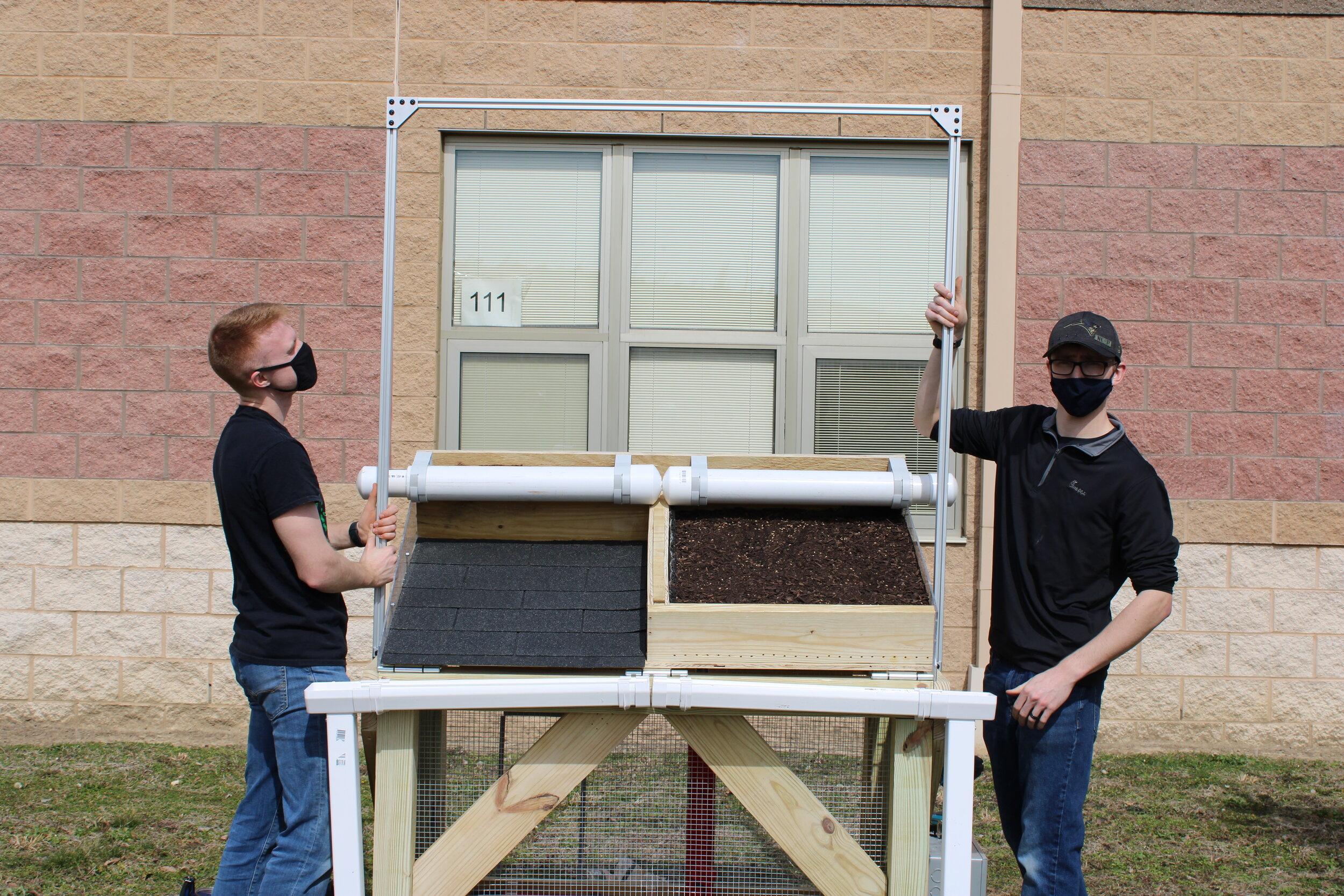凯尔和乔尔正在安装他们在当地学校建造的绿色屋顶模型。(照片:金正日汤普森)