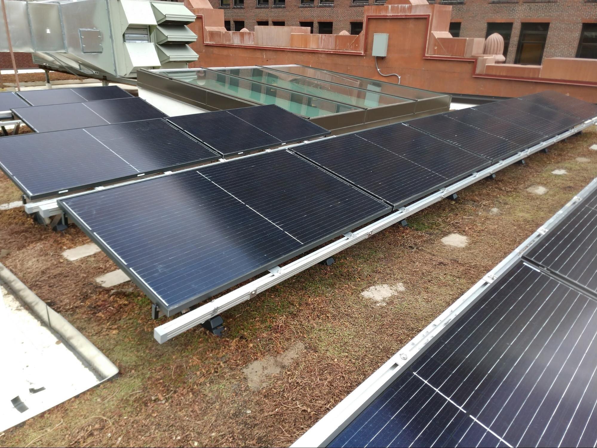 Bio-Solar屋顶广告绿色屋顶LLC的新安装,该地区的第一个