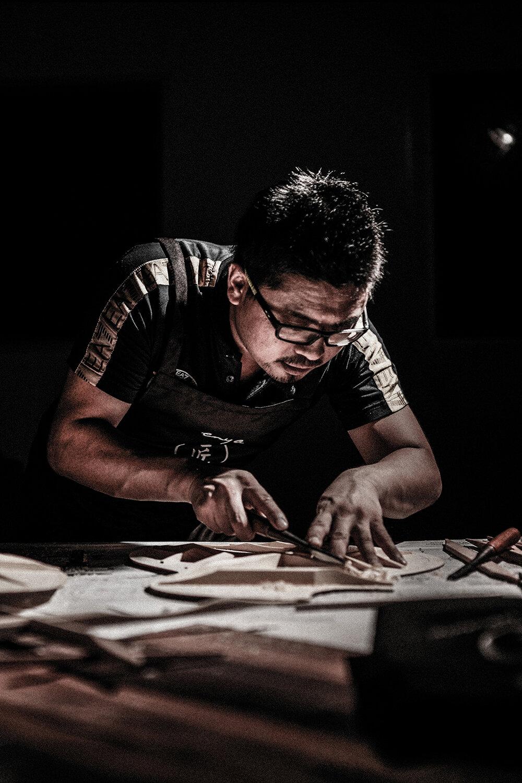 手工削切阿迪音梁 - T10的音梁均采用阿迪朗達克云杉,且由經驗豐富的制琴師手工削切而成使面板的頻響反饋達到新高度