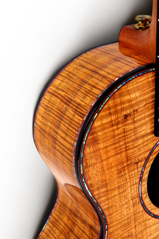 纖薄清澈亮光硝基漆 - 硝基漆,手工吉他匠人最愛使用的油漆,質地松軟輕薄,無木材震動干擾,我們經過18天的反復噴涂,26遍反復研磨達到更加透亮平整的油漆效果