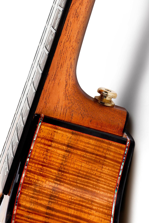 BT黑沙桃花芯琴頸 - ENYA專利的BT接柄技術,使得尤克里里琴柄更平、更直,輕松實現 < 2.5弦距,實現琴柄與桶身釘接工藝,使得琴柄彎度與接柄角度的同步調節, 讓你的手感得心應手。讓整個琴頸的手感更加平直舒適,穩定耐用