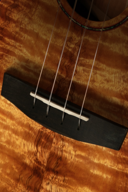 TUSQ象牙琴枕 - 具有穿透力高清晰音質琴枕,選取恩雅獨特穿入式下碼設計,琴弦著力于面板,穩定性更強,撥動琴弦時,振動直達面板,減少振動損耗,更有利于面板發聲
