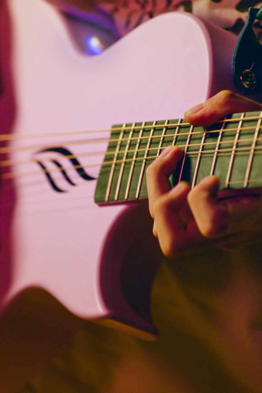 原聲吉他手感新世界 - 在琴頸設計上,NOVA GO 不但擁有跟電吉他?樣的纖薄輕盈?感,我們還使?了圓頭品絲及零品設計讓你的演奏?限舒暢