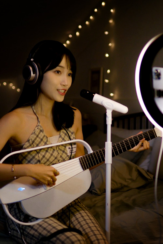 音樂人強大生產工具 - NEXG是自帶智能聲卡,能同時處理吉他及人聲的智能吉他,讓你隨時隨地直播或音頻錄制,輕松記錄分享好靈感引為你的音樂內容制作提供便利